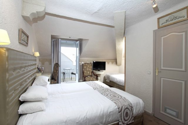 Triple room with terrace for three persons view to the pool romance and Baroque